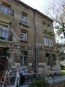 Budynek ze zniszczoną elewacją przed remontem